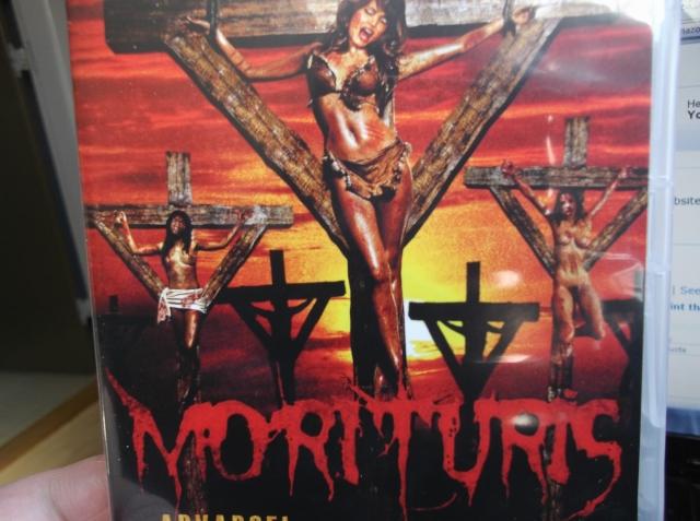 """""""Morituris"""" lokker med det helt store, grumme blodbad, og der er da også nogle ret iøjefaldende blodsudgydelser i filmen, men den er filmet alt for mørkt, og originalitet er der ikke meget af, andet end at filmen måske er 30 år bagefter... den virker som en regulær 80'er-slasher..."""